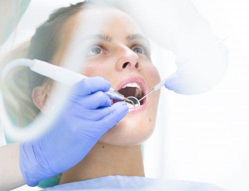 ¿Qué es y cómo puede tratarse la periodontitis?