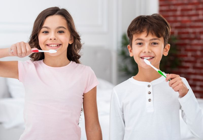 niños cepillandose los dientes